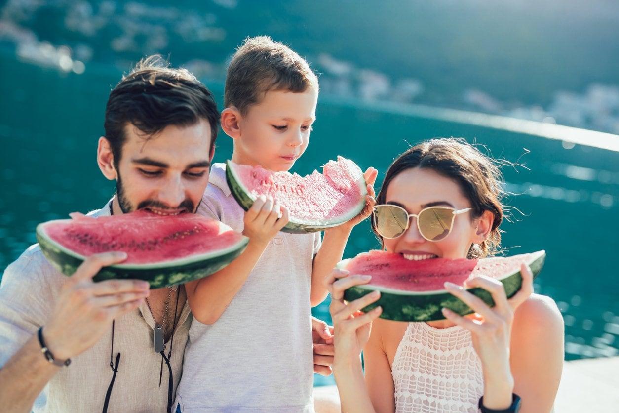 Семья на побережье фото